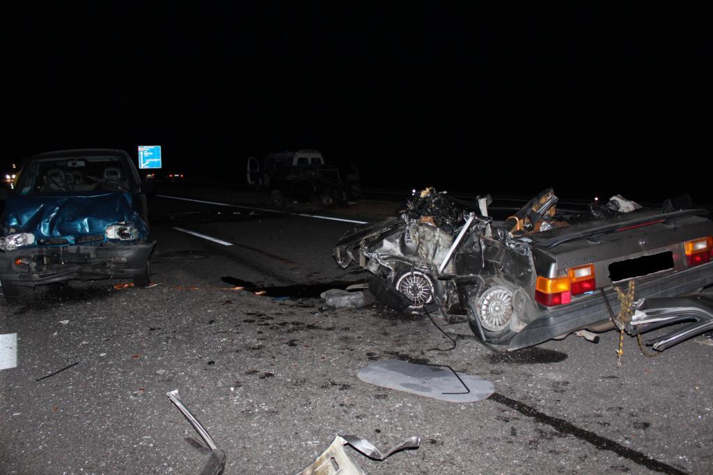 21 июня около 2 часов ночи на перекрестке улиц дубко - горького - блк водитель легкового автомобиля lexus проехал сквозь кольцо, снес клумбу и врезался в столб