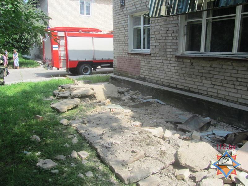 """В гродно обрушился бетонный """"козырек"""" жилого дома - хартия'9."""