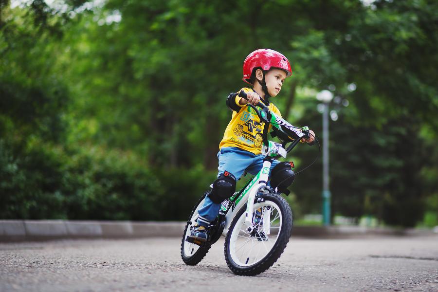 Қостанайда велосипедпен жүрген баланы қаққан жүргізуші оқиға орнынан кетіп қалған