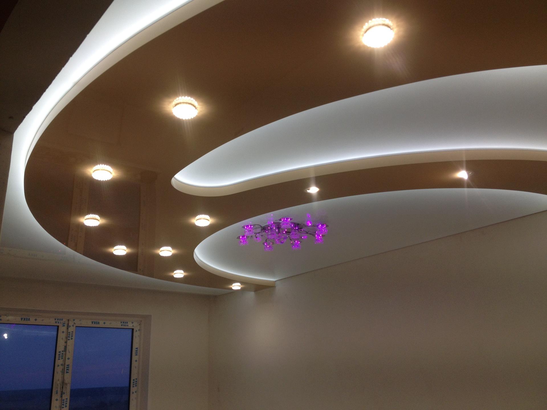 фото многоуровневых потолков с подсветкой славится