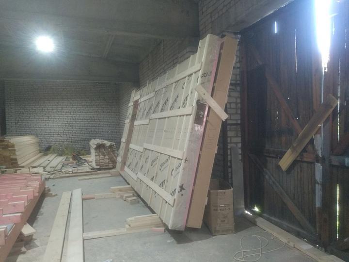 Сборка панелей на производстве. Толщина утеплителя в стенах, крыше и в полах — 200 мм