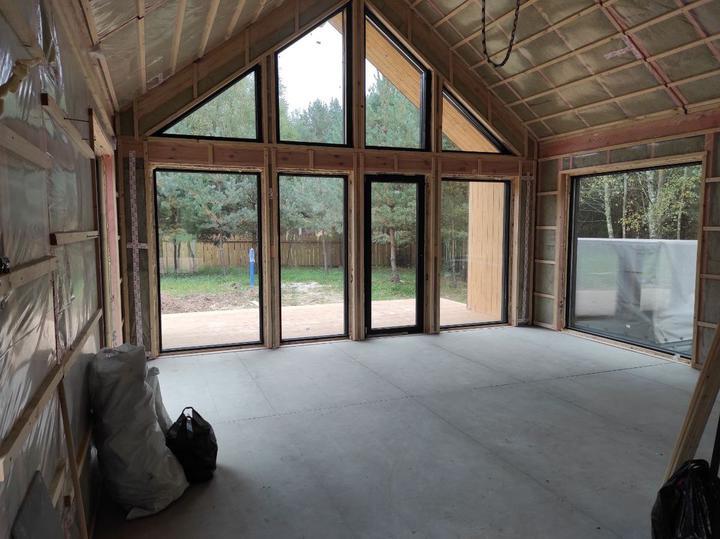Боковое окно в гостиной — 2,2×2,2 метра, весит больше 200 килограммов